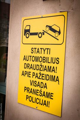 Även fast jag inte kan litauiska, så kan jag förstå man inte får stå där.